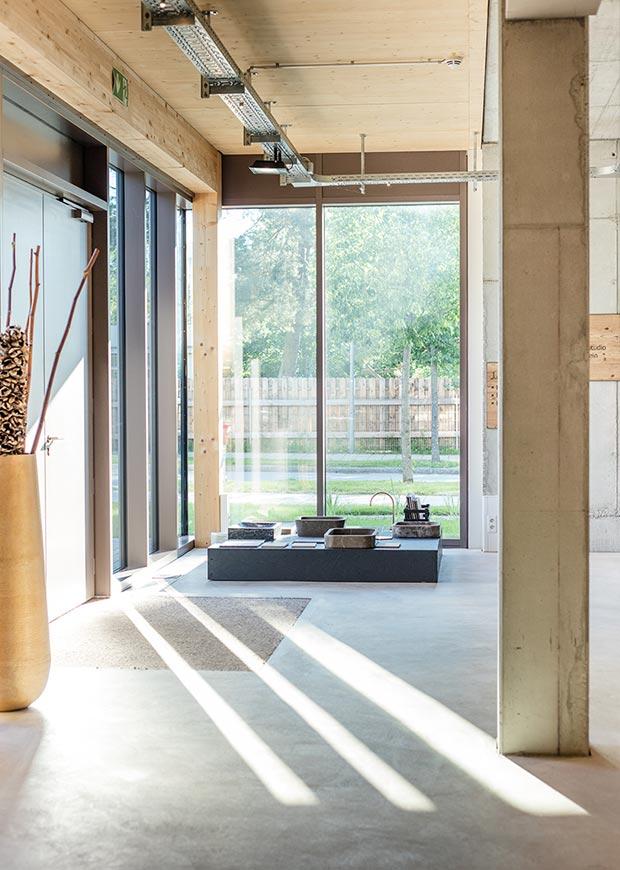 Offen, ruhig, atmosphärisch, geschmackvollund strukturiert – so wurde unser Einrich-tungshaus in München-Brunnthal konzipiert. Bei uns werden Wohnräume, Bäder undMaterialien erlebbar gemacht. präsentieren wir Ihnen unser Produkt- und Leistungs-portfolio. Unser Anspruch: Gemeinsam die optimale Lösung für Ihr Projekt zu finden.