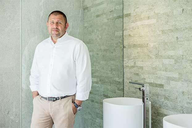 Robert Michel ist führender Spezialist im Bereich Badplanung und Einrichtung. Er möchte Kunden zu ihrem Traumbad verhelfen.