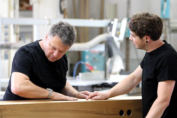 Der Traditionsbetrieb setzt seit fünf Genera- tionen Architektur, Planung und Details in Stücke meisterhafter Tischlerarbeit um. Vergangenheit, Gegenwart und Zukunft sind untrennbar miteinander verbunden.